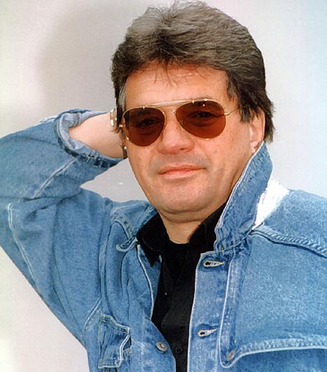 """Páyer András (1941-2011)  A sikeres énekes-zeneszerző 69 éves korában, súlyos betegség után halt meg. Az Ó, egy Alfa Romeo és a Gedeon bácsi című számok szerzője és előadója leukémiával küzdött.  Kapcsolódó cikk: """"Villámcsapásként ért a halála"""" Lánya tartja a lelket Payer Öcsi özvegyében »"""