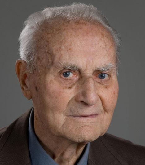 Senkálszky Endre (1914-2014)  A Kolozsvári Állami Magyar Színház társulatának örökös tagja január 5-én, életének századik évében hunyt el. Hosszú ideig ő volt Európa egyik legidősebb aktív színésze, 96 éves koráig megszakítás nélkül játszott.  Kapcsolódó cikk: 100. évében halt meg a magyar színész »
