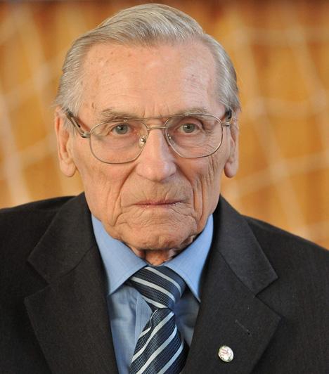 Grosics Gyula (1926-2014)Az Aranycsapat sportsajtó által csak Fekete Párducnak nevezett kapusa 88 éves korában június 13-án halt meg. 1952-ben Helsinkiben olimpia bajnoki címet szerzett, részese volt az évszázad mérkőzésének nevezett 6:3-as londoni diadalnak is.Kapcsolódó cikk:Meghalt az Aranycsapat legendás kapusa »