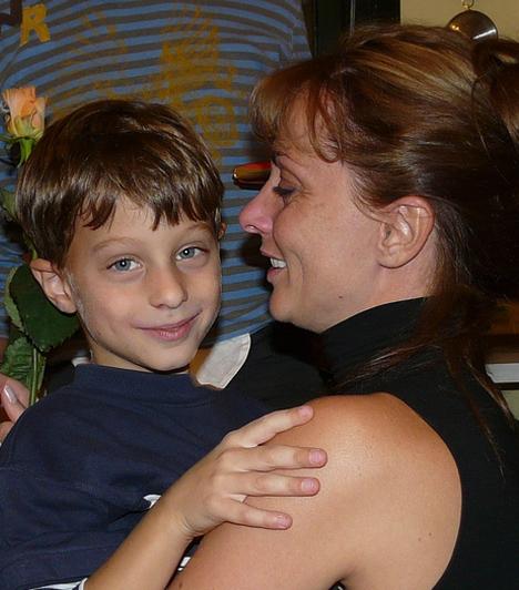 Auksz Éva  A Pesti Magyar Színház bájos színésznőjét annak idején olyan sikersorozatokban láthattak a nézők, mint a Kisváros és a Barátok közt. Auksz Éva 2002-ben, 31 éves korában szülte meg kisfiát, Tóth Hunor Zoltánt.