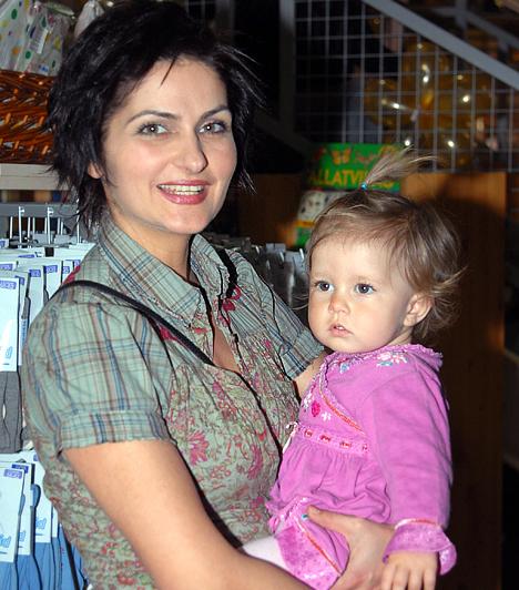 Varga Izabella  A Barátok közt Nórája nemcsak a sorozatban édesanya, Varga Izabella két kislányt nevel férjével, Lendvai Zoltánnal. Anna és húgocskája, Sára éppolyan bájosak, mint a mamájuk.