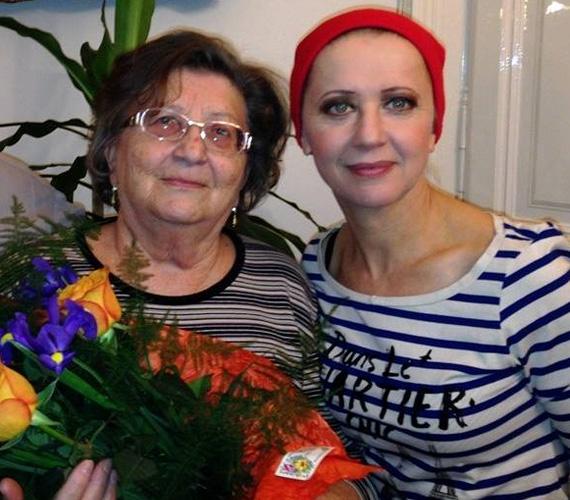 Eszenyi Enikő még anyák napja alkalmából mondott köszönetet édesanyjának ezzel a fotóval a Facebook-oldalán. A Vígszínház igazgatónőjének anyukája, Magdi a szülőhelyén, Csengeren volt tanító, míg nyugdíjba nem vonult.