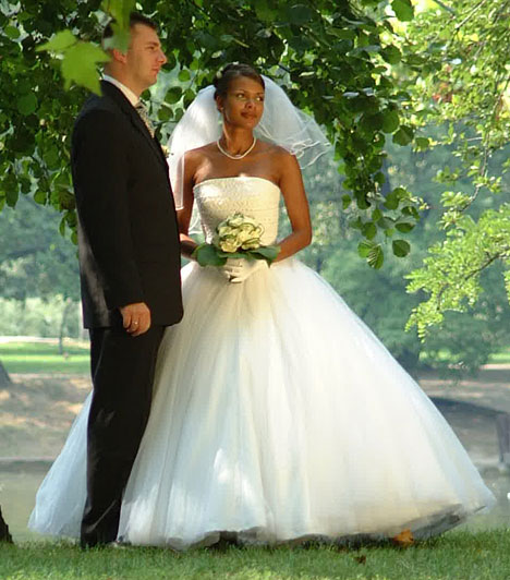 Onyutha Judit  Az ugandai származású időjós ujjára 2001 augusztusában húzta fel a jegygyűrűt vőlegénye, Dobos László pilóta. Bár az évek során két gyerekük is született, a férj 2011-ben elhagyta a családot.  Kapcsolódó cikk: Még mindig mosolygós és szexi! Onyutha Judit visszatért a képernyőre »
