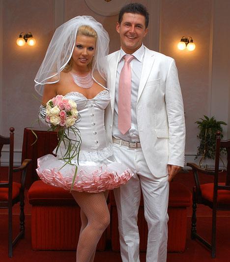 Pirner Alma  A magyar sztriptíz királynője 2005 márciusa óta él boldog házasságban, akkor vezette ugyanis oltár elé kedvese, Ákos, akivel 2010-ben megismételték nászútjukat.