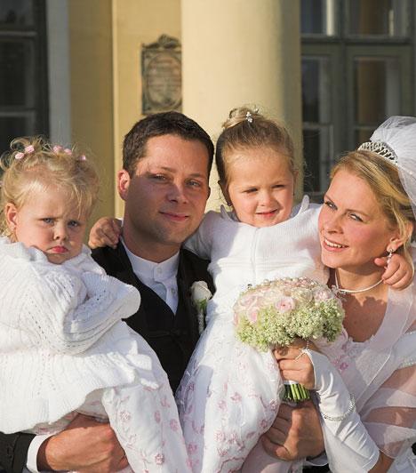 Seszták Szabolcs  Hazánk egyik legnépszerűbb szinkronszínésze a Juventus Rádióban ismerte meg leendő feleségét. 2008-ban össze is házasodtak - a nagy napon két kislányuk, Anna és Janka voltak a koszorúslányaik.  Kapcsolódó cikk: Ritka fotók! Seszták Szabolcs megmutatta tündéri kislányait »
