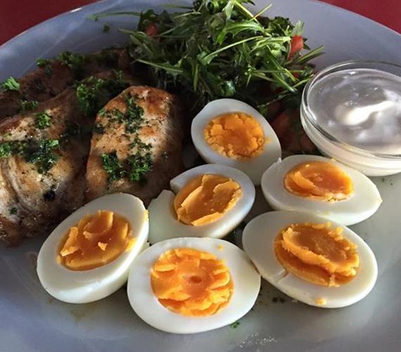 Így fest Rubint Réka egy átlagos ebédje. Úgy tűnik, a fitneszkirálynő él-hal a tojásért, és bármilyen étel helyett szívesen fogyasztja, ugyanis közösségi oldala tele van rántottáról és más tojásételekről készített fotókkal. Ha fotózásra készül, csak a tojásfehérjét eszi meg, paradicsommal és mozzarellával.