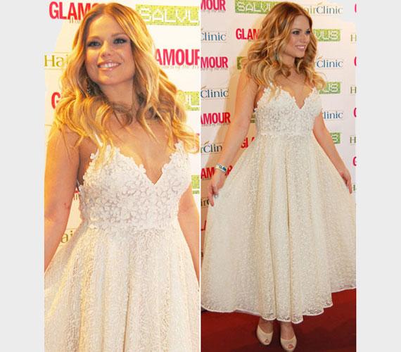 Cserpes Laura a márciusi Glamour-gálán egy virágmintás, csipkés ruhában lépett a vörös szőnyegre. A csodaszép darab még inkább kiemelte a fiatal énekesnő szépségét.