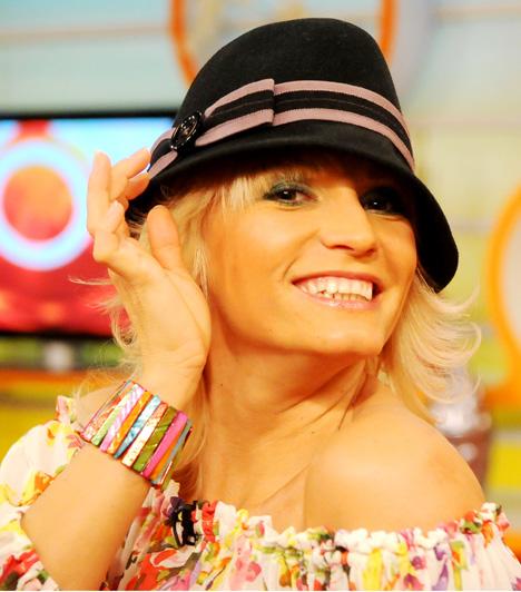 Dombóvári Vanda                         Az RTL Klub pörgős műsorvezetőnője karakterének megfelelően a színes, vidám ruhákat részesíti előnyben, és szerelését olykor egy-egy kalappal is feldobja.