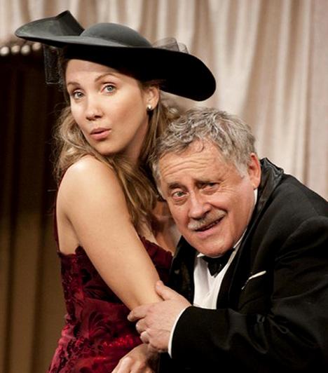 Kapócs Zsóka                         A szemrevaló színésznő elegáns kalapban tűnik fel a Karinthy Színház Hippolyt, a lakáj című előadásában, amelyben többek között Galla Miklós és Koltai Róbert oldalán láthatják a nézők.