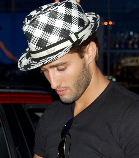 Király Viktor                         A Megasztár 4 győztese bizonyára hangi adottságain kívül kifinomult stílusa miatt is sokak szívébe belopta magát. A divatos kockás kalap jól illik a New York-i születésű énekes egyéniségéhez.