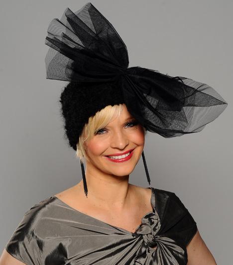 Lilu  Az RTL Klub szőke műsorvezetőnője olykor nem riad vissza a merész kiegészítőktől sem. Ez a feltűnő, fekete darab remekül áll a 35 éves sztáranyukának.  Kapcsolódó cikk: Merészebb, mint valaha! Lilu extra rövid ruhában mutatta meg lábait »