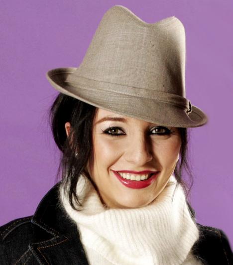 Szabó Eszter                         A tehetséges énekesnő 2005-ben tűnt fel a Megasztárban, és nem csak jellegzetes, érdes hangjával hívta fel magára a figyelmet, hanem összetéveszthetetlen megjelenésével is, amelyhez többnyire a kalap is hozzátartozott.