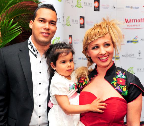 Gombos Edinára a szerelem egy tévés forgatás során talált rá. 2004 nyarán éppen Kubában tartózkodott, amikor Alberto szemet vetett rá, ám kettejük kapcsolatát a műsorvezetővel lévő tolmácsnak köszönhetik. A pár nem várt sokáig az esküvővel, 2004 decemberében már össze is házasodtak. Van egy kislányuk és egy kisfiuk.
