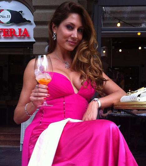 Horváth Éva  A modell és műsorvezető nem csak szín, de a merész dekoltázs miatt is figyelemfelkeltő jelenség volt ebben a pink alkalmi ruhában.