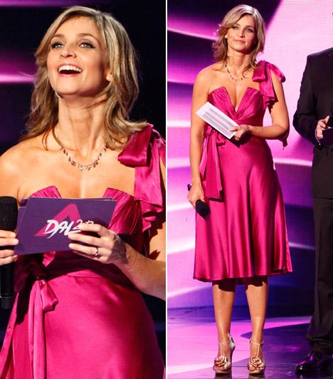 Novodomszky Éva  Az M1 műsorvezetője A Dal 2013-as nyitó adásában állt kamerák elé Halász Éva zavarba ejtő dekoltázsú kreációjában.