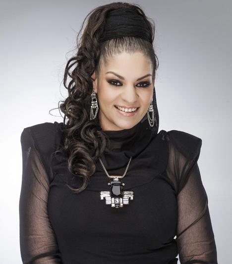 Mohamed FatimaAz énekesnő 2014 májusában árulta el, hogy ismét plasztikai műtétnek veti alá magát, kiveteti meglévő implantátumát. Több mint 70 kilós fogyását követően három és fél kiló bőrt szedtek le a hasi részéről, egy pici zsírleszívást és mellplasztikát is végeztek rajta, ám két és fél év után már nagyon zavarta, hogy idegen anyag van benne.Kapcsolódó cikk:Mohamed Fatima ezért műtteti meg ismét a melleit »