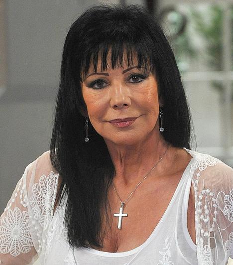 Szűcs JudithSzűcs Judith 50 évesen feküdt kés alá, hogy megnagyobbíttassa melleit, ám az implantátumok miatt hátfájások gyötörték, így újra elment a plasztikai sebészhez, és kisebbre vetette kebleit. Szemhéjplasztikát is végeztek rajta, továbbá botoxoltatott is.Kapcsolódó cikk:Ezért feküdt újra kés alá Szűcs Judith »