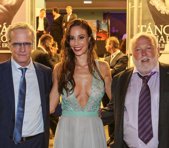 Vajna Tímea a 2015-ös Miss Universe háziasszonyaként viselte ezt a meglehetősen merész és szexi Zoób Kati-estélyit. A köldökig szaladó dekoltázst Christopher Lambert francia színésznek is volt alkalma megcsodálni.