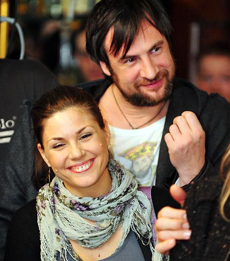 Pindroch Csaba és Verebes Linda  A színészházaspár egy premier utáni bulin ismerkedett össze. Az oltár elé hét év után álltak, kislányuk, Mira 2008-ban, második gyerekük 2014-ben született.