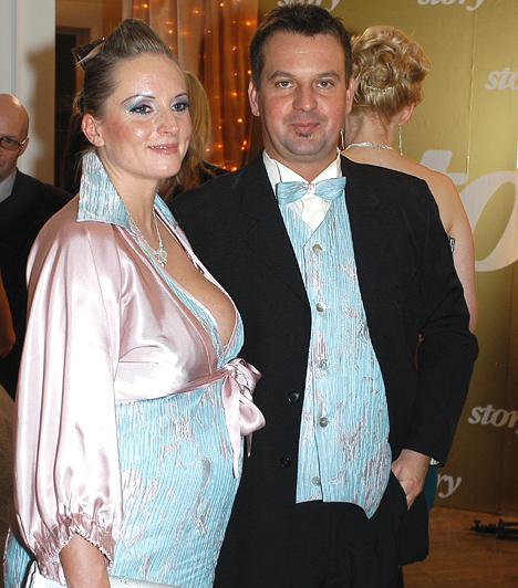 Klausmann Viktor és Anikó  A Szerencsekerék házigazdája egy év ismeretség után, 2008-ban vette el Anikót, aki hamarosan egy kislányt szült a népszerű tévésnek. Kapcsolatukat azonban Tamara sem tudta megmenteni, 2012 novemberében kimondták válásukat.