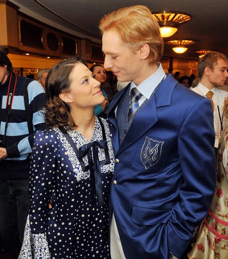 Szinetár Dóra és Bereczki Zoltán  A gyönyörű színésznő már túl volt egy váláson, amikor a Nyomorultak próbáján felfigyelt rá Bereczki Zoltán. A pár hat év kapcsolat után döntött úgy, hogy összeházasodik, kislányuk Zora Veronika pedig 2007-ben született meg. 2012 augusztusában váratlanul közleményben jelentették be, hogy elválnak.