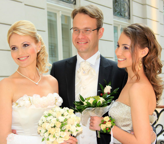 A köztévé népszerű műsorvezetője tavaly májusban ment férjhez. Az esküvői fotókon nemcsak ő, de a 17 éves Fanni is sugárzik a boldogságtól.