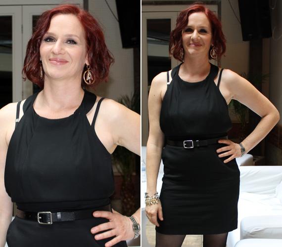 A fekete ruha egyszerűségéhez a nyak körüli szabás és az öv adott hozzá egy kis pluszt.
