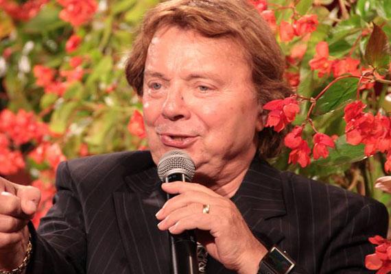 Aradszky László még kevesebbet, havi 48 ezer forint nyugdíjat kap kézhez. Még szerencse, hogy a mai napig aktív zenész, és sok fellépése van, így az összeget ezzel a keresettel tudja kiegészíteni.