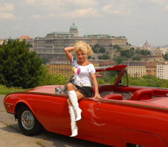 40 évvel később Medveczky Ilona egy oldtimermúzeumból származó autóval ismét lefotóztatta magát.