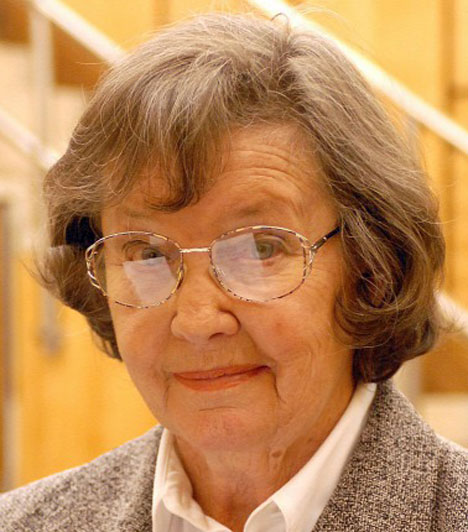 Mednyánszky Ági  2015. július 7-én halt meg Mednyánszky Ági színésznő, a magyar operett egyik kiemelkedő alakja. 1963 és 2007 között ő szólaltatta meg a Szabó család egyik gyermekét, Icut. 1957-ben, a magyarországi televízióadás beindulásakor ő volt az első tévébemondó. Örömmel szinkronizált, ő adta a hangját például a Marple-ben a Jane Marple-t megformáló Geraldine McEwannek.  Kapcsolódó cikk: Elhunyt Mednyánszky Ági, a Szabó család Icuja »