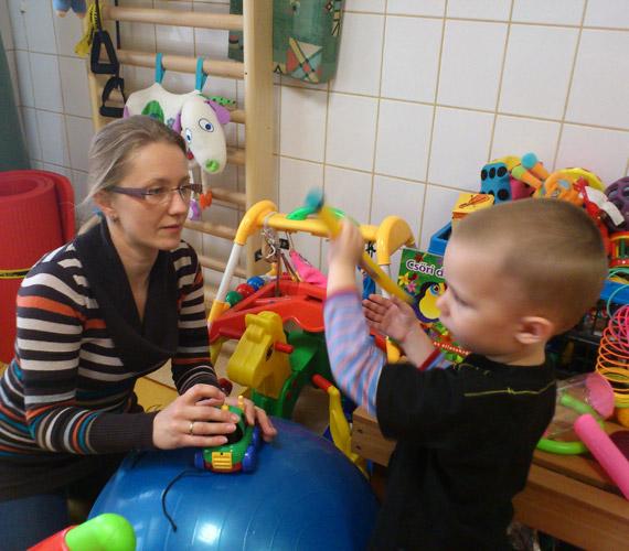 Mérai Kata a MÁV Kórházban tartott forgatásra magával vitte kisfiát, Bálintot is.