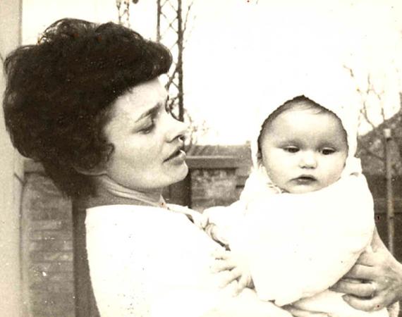 Édesanyja karján a néhány hónapos Mérai Kata.