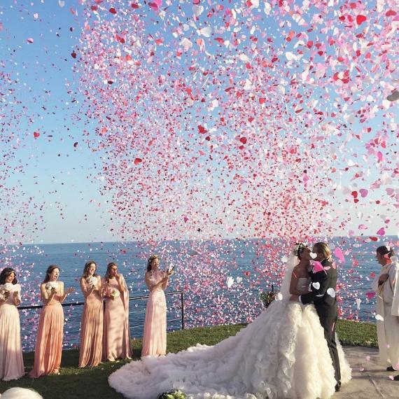 Giovanna Battaglia és Oscar Engelber Capri mesés szigetén kelt egybe. Az esküvői ceremónia ilyen romantikusan zárult.