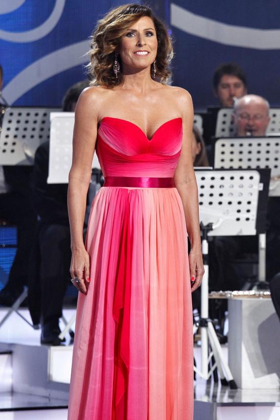 Miklósa Erika a Virtuózok élő fináléjában tündökölt ebben a pink, színátmenetes estélyiben, amely a Dalaarna Szalon tervezőjét, Benes Anitát dicséri.