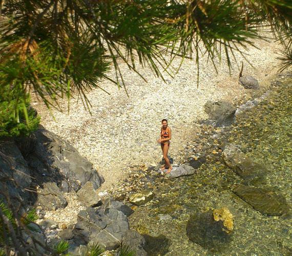 A Francia Riviéra egyik ismert helyén, az Azúr-parton, Cap Bénat egyik kis öblében.