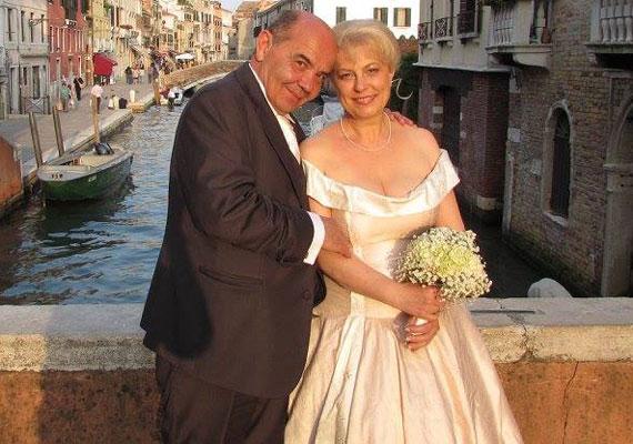 Miklósi Anna és Hubai László történész a polgári esküvőjét Budapesten, a templomit a vízre épült városban, Velencében, a Santa Maria della Salute-templomban tartotta június közepén. A színésznő-énekesnő bizonyítja, 53 évesen sem késő férjhez menni.