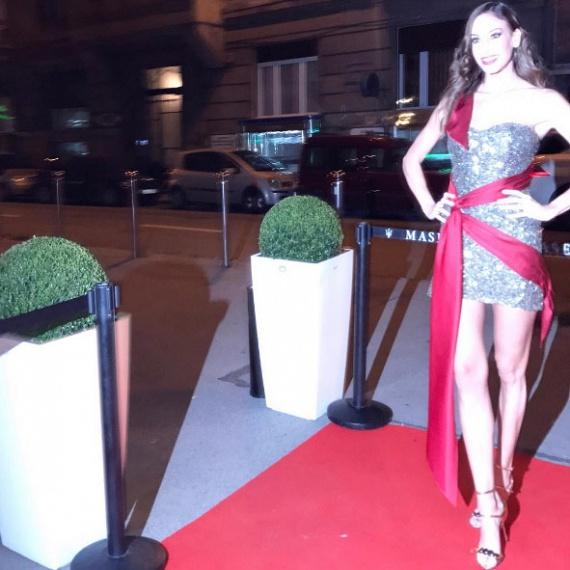 A szépségverseny-tulajdonos és -producer egy ezüstszínű, nagyon rövid koktélruhában bulizott, amelyet Náry Tamás tervezett.