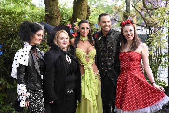 Az ifjú pár és a VIASAT3 Négy Esküvő című műsorának másik három menyasszonya: ők Szörnyella De Frász, a Keleti Boszorkány és Minnie egér jelmezét öltötték magukra.
