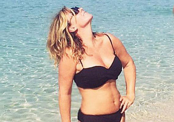 Liptai Claudia, a TV2 42 éves műsorvezetője augusztus elején a tengerparti nyaralásáról posztolta ezt a fekete bikinis fotót.