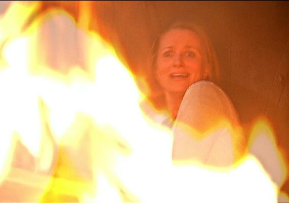 Gondatlanságával életveszélybe sodorja Julit - a padlóra kilöttyent alkohol az eldobott csikktől lángra kap. A szeretőjére, Attilára váró és ott bujkáló Juli pedig a lángok közt reked.
