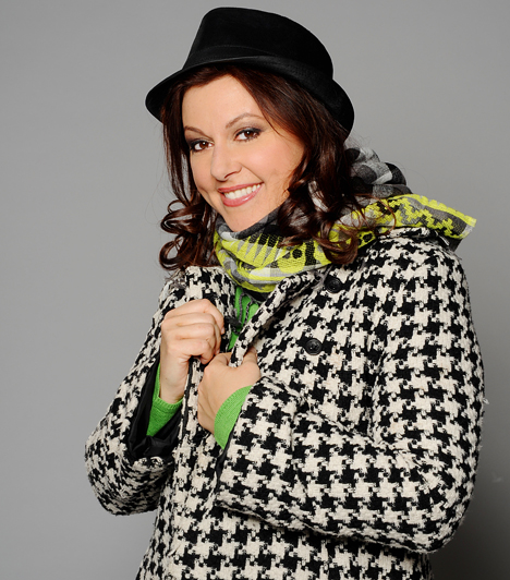 Erdélyi Mónika  1998-ban kezdte karrierjét a Budapest Televíziónál, majd egy évvel később a TV2 hírszerkesztője lett. Népszerűségét a Mónika-shownak köszönhette, amelyet 2001 és 2010 között vezetett az RTL Klubon. 2012 szeptemberében jelentették be, hogy a FEM3 csatornán Joshi Bharattal kap közös beszélgetős műsort.