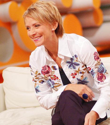 Jakupcsek Gabriella  1990 és 1999 között a Magyar Televízió szerkesztő-műsorvezetőjeként dolgozott, majd 2000-ben a TV2 munkatársa lett, ahol olyan műsorok vezetése fűződött a nevéhez, mint a Multimilliomos és a Most vagy soha. 2011-ben a köztévén tűnt fel ismét a Magyarország, szeretlek! című vetélkedő csapatkapitányaként, 2013-ban pedig elindult a Ridikül című talk show-ja.
