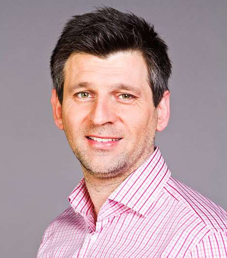 Kárász RóbertAz 1969-es szigetvári születésű műsorvezető előbb pedagógusi, majd újságírói végzettséget szerzett. Korábban a Tükör című műsort vezette, majd a TV2 Mokkájának műsorvezetője lett. Az ismert tévésnek két kislánya van.