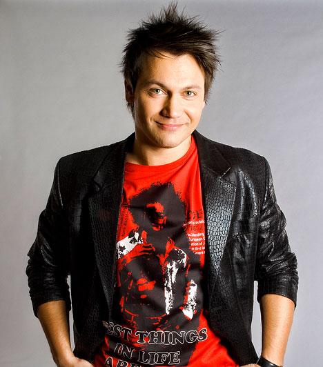 Kovács Áron  Az 1973-ban született műsorvezető-énekes eredetileg magyartanárnak készült és a Kifutóban tűnt fel 1997-ben. Ismertségét elsősorban az RTL Klub Áll az alku című műsorának köszönheti. A Class FM egyik műsorvezetője 2012 szeptemberében a VIASAT3 csatornát erősíti: itt a Nyered, ha mered című kvízjátékában állt kamera elé.