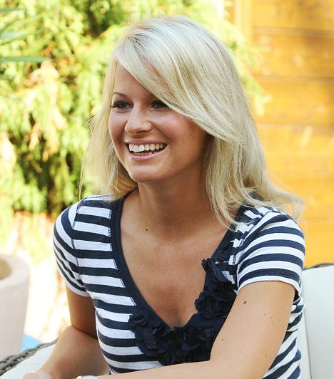 Mádai Vivien  Az RTL Klub csinos műsorvezetőjét a Való Világ 4 kísérőműsorából, a NekedValóból lehet ismerős a nézőknek, majd a Reflektor háziasszonya lett. A kereskedelmi csatornától 2013 márciusában köszönt el. Az év májusában már M1 Legenda című zenés szórakoztató műsorában debütált Harsányi Levente partnereként.