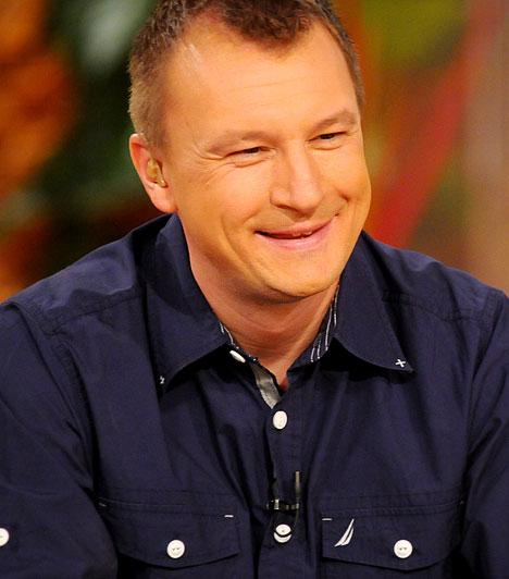 Szujó Zoltán  Az 1977-ben született Szujó Zoltán a Magyar Televíziónál kezdte pályafutását gyakornokként. 2000-ben került az RTL Klubhoz, 2002 óta közvetíti nemcsak a Forma 1-es futamokat, hanem a magyar és külföldi profi ökölvívók meccseit is, de emellett a Reggeliben is volt már vendégműsorvezető.