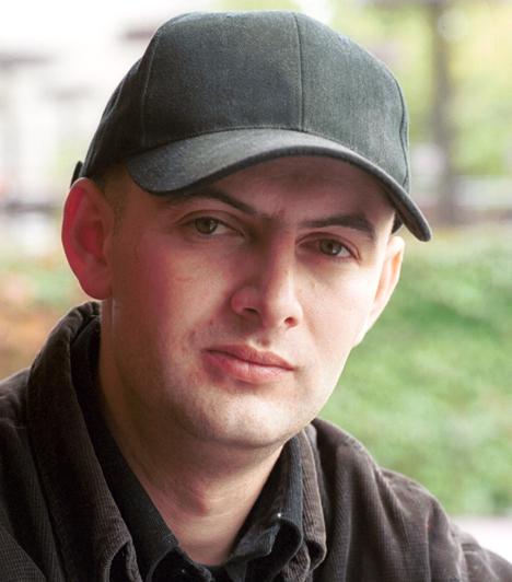 Vujity Tvrtko  Az eredetileg Balogh Szilárdként született újságíró 1997-ben lett a TV2 riportere, aki emlékezetes és felkavaró riportfilmjeivel lopta be magát a nézők szívébe. A kereskedelmi csatornánál a Mokka és a Napló című műsorokat vezeti.