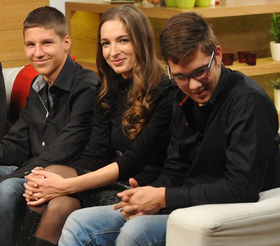 Darvasi Ilona és Nemcsák Károly Cecíliának köszönhetően ismerkedett meg egymással, aki 12 éves gyerekszínészként a Józsefvárosi Színház Ali baba és vagy 40 gengszter című musicaljében szerepelt.