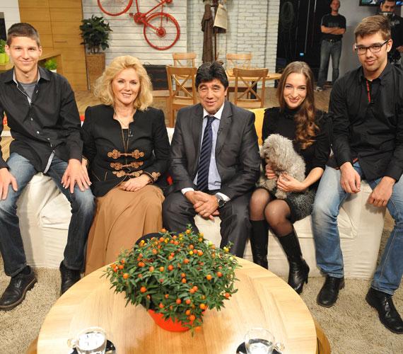 Balról jobbra a 17 éves Nemcsák Máté, Darvasi Ilona, Nemcsák Károly, Darvasi Cecília és a 19 éves Nemcsák Balázs.