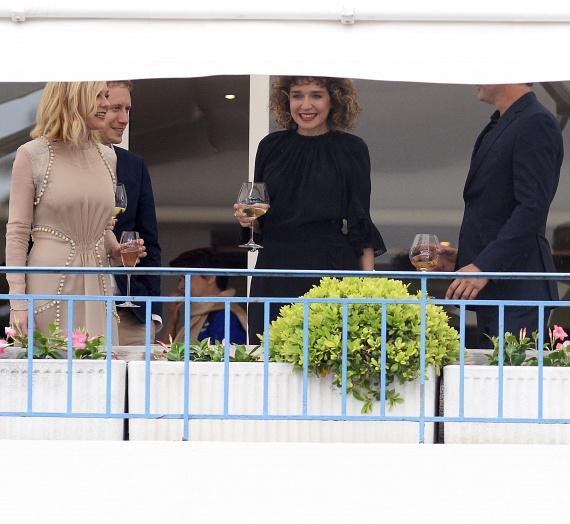 Az idei cannes-i filmfesztivál zsűritagjai a Grand Hyatt Hotel Martinez nevű luxusszálloda teraszán pezsgőztek és borozgattak. Kirsten Dunst, Nemes Jeles László, Valeria Golino és Mads Mikkelsen, aki a napellenző miatt már nem látszik.